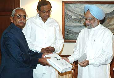 Justice Liberhan submits his report to Manmohan Singh