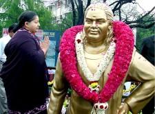 Jayalalithaa garlanding the Pon Muthuramalinga Thevar statue