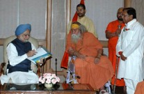 PM Manmohan Singh & Swami Swaroopananda in New Delhi in October 2008.