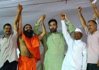 Baba Ramdev with Arvind Kejriwal, Gopal Rai, Manish Sisodia and Anna Hazare