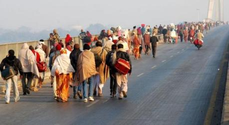 Pilgrims en route to the Kumbha Mela at Prayag