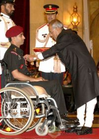 Lt Manish Singh receives Saurya Chakra from President Mukherjee
