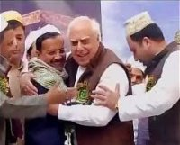 Kejriwal & Kapil Sibal hug at a Dilli mosque!
