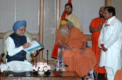 Manmohan Singh & Swami Swaroopanand Saraswati