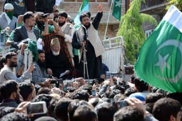 Pakistan flags appear at Syed Ali Shah Geelani's public meeting in Srinagar