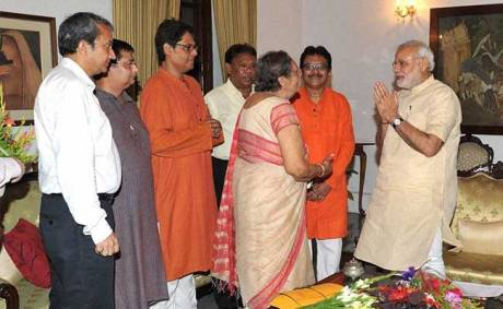 Narendra Modi with Bose family members in Kolkata (May 2015)