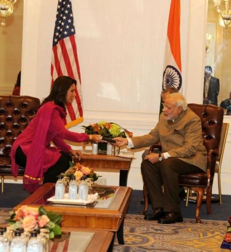 Tulsi Gabbard & Narendra Modi in New York (28 September 2014)
