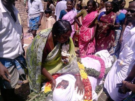 Moorthi's wife with Moorthi's body