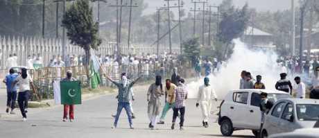 Stone-throwing youth in Srinagar July 2016