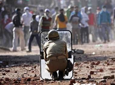Security officer facing a mob in Srinagar 2016