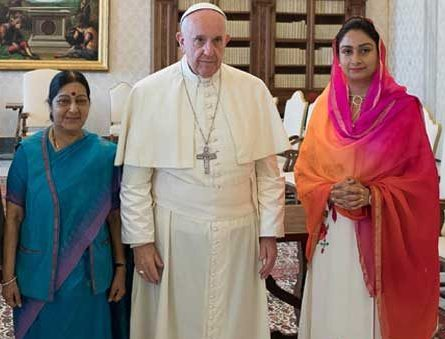 Indian Foreign Minister Sushma Swaraj & Pope Francis (Sept. 2016)