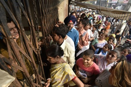 Line to change bank notes in front of the SBI New Delhi