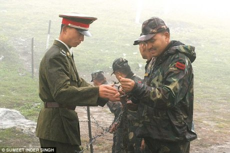 Indian and Chinese soldiers on the border
