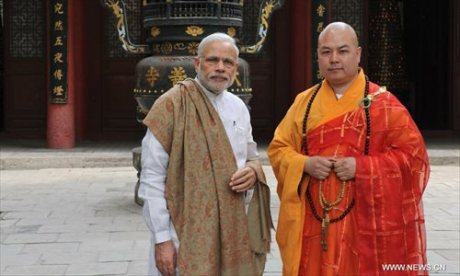 Indian PM Modi with Chinese priest at Daxingshan Buddhist Temple in Xi'an