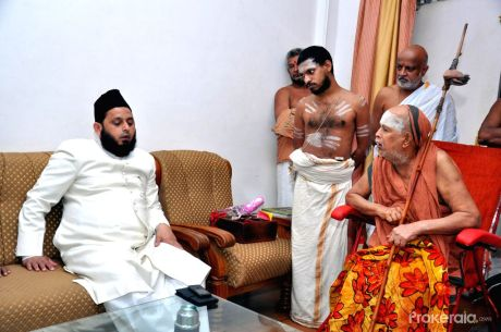 Jagatguru Shankaracharya Jayendra Saraswati of Kanchi meets Maulana Khalid Rasheed Firangi Mahali at Darul Uloom Firangi Mahal in Lucknow on Oct. 11, 2014.