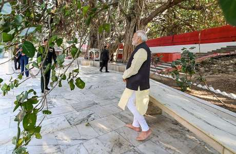 Narendra Modi visits the Akshayvat tree at Prayagraj (2019)