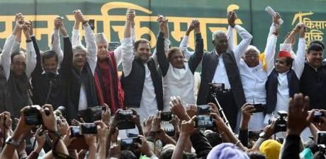 Arvind Kejriwal and Rahul Gandhi at Farmers Protest in New Delhi Nov 2018